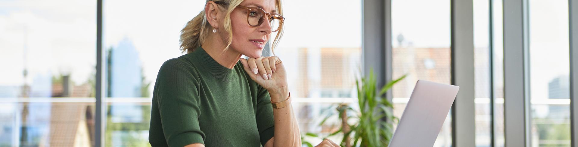 Imagen de una mujer que trabaja desde una computadora portátil