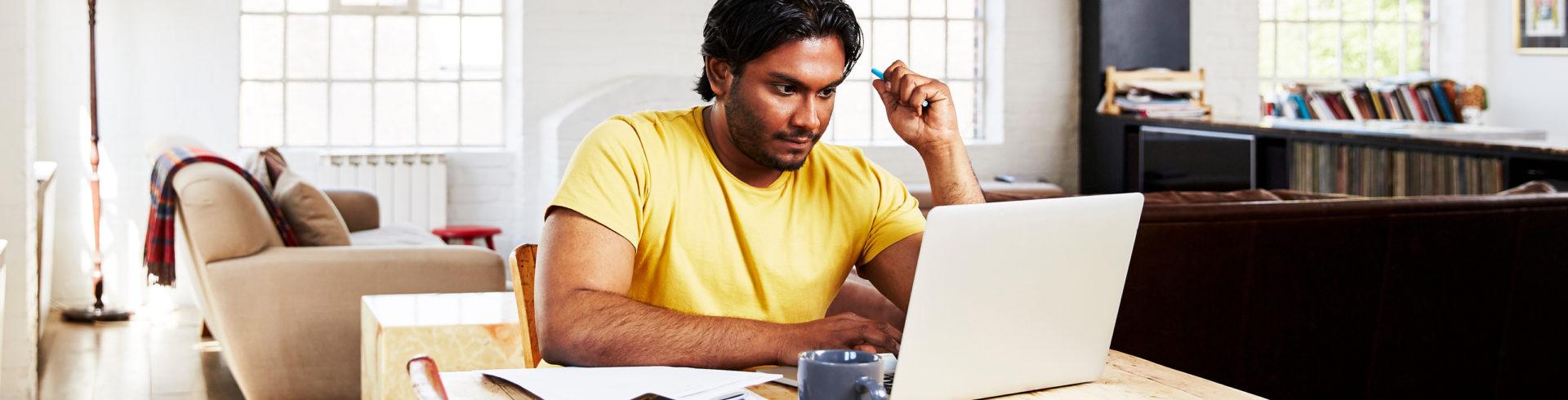 Imagen del hombre trabajando en su computadora portátil